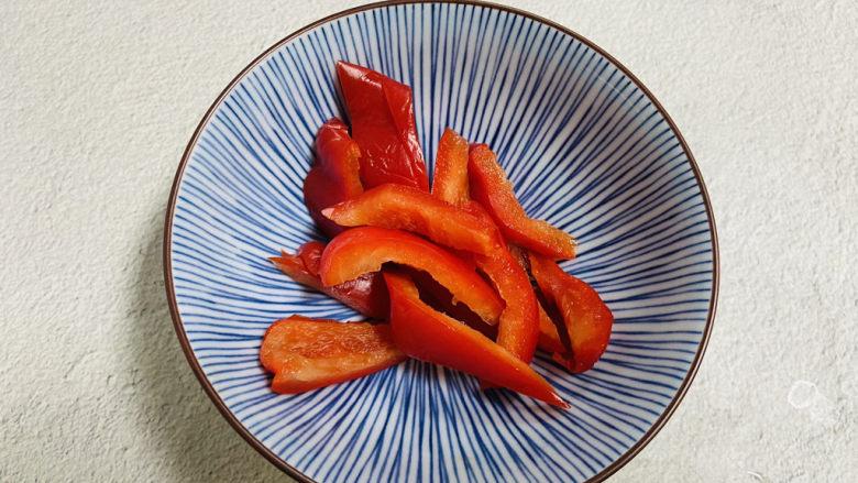青椒炒猪腰,红椒洗净去籽切小片