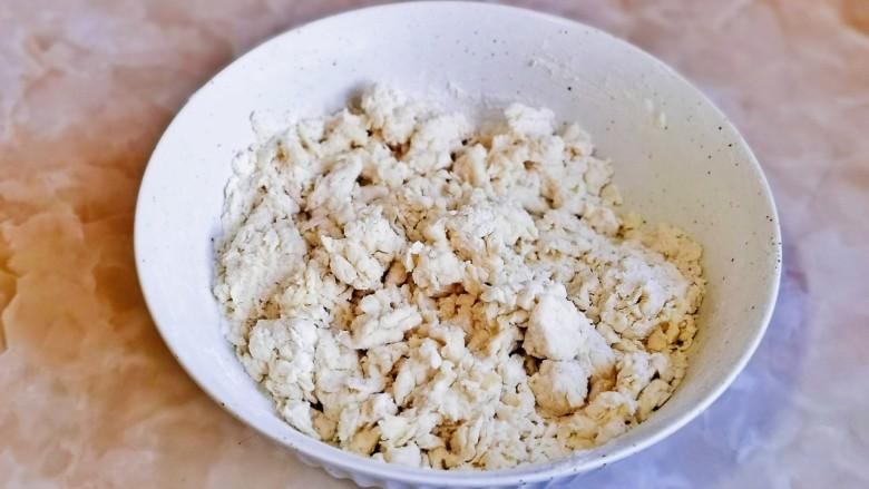 红糖花卷,分次加入牛奶用筷子搅拌成絮状。