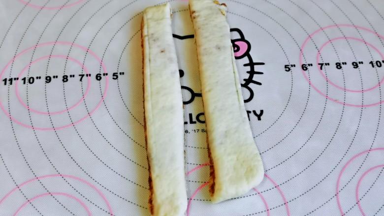 红糖花卷,取一份再从中间切开,如图。