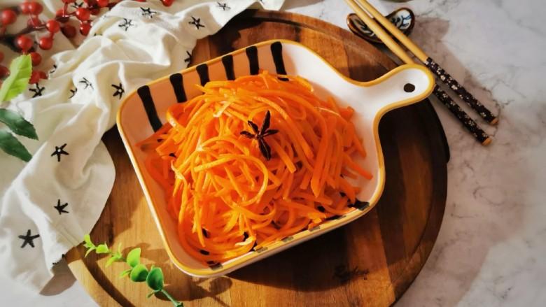 清炒胡萝卜丝,出锅装盘。