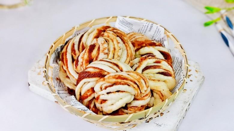 红糖花卷,取出蒸好的花卷,即可以享用,简单又好吃的红糖花卷。