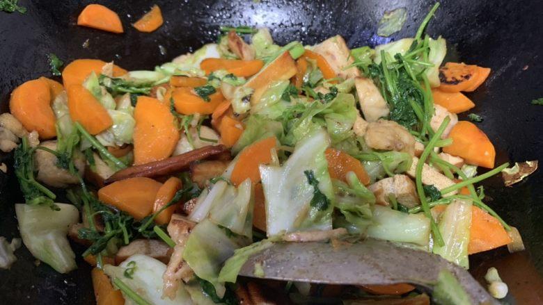 香菜炒圆白菜,放味精