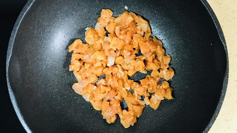 毛豆炒鸡丁,不粘锅烧热,加入油继续烧热后,加入鸡肉丁翻炒
