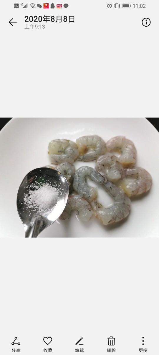 苦瓜炒虾仁,加入少许盐
