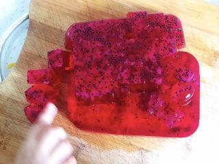 火龙果果冻,切成小方块