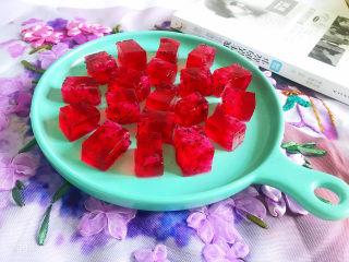 火龙果果冻,装盘即可食用