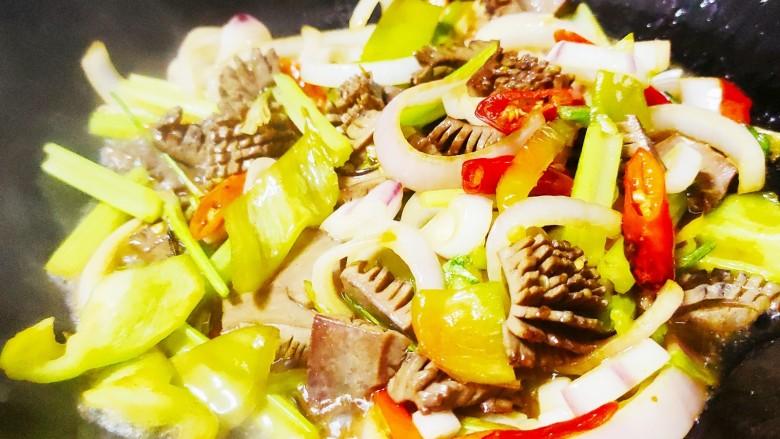 青椒炒猪腰,再加入盐,鸡精,生抽及少量的水,大火翻炒