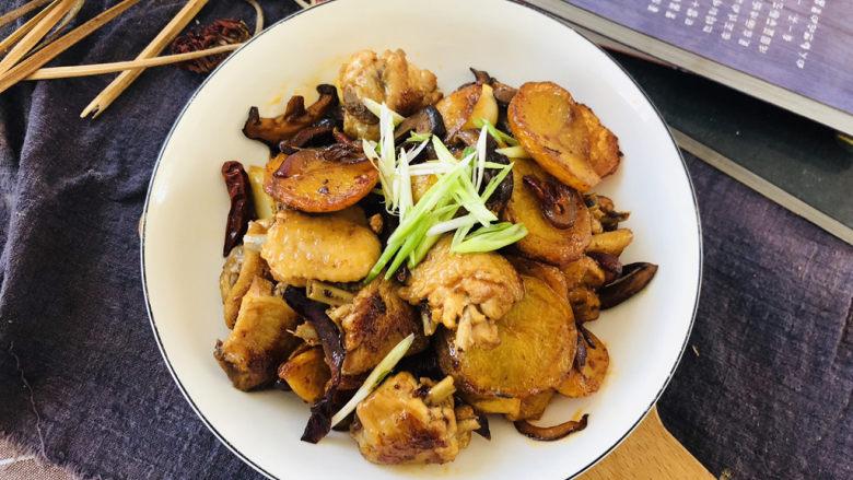 干锅麻辣鸡翅,装盘撒上葱丝即可。