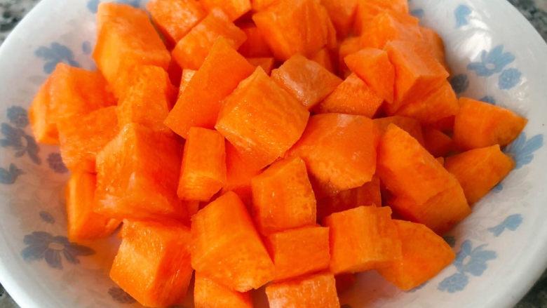 毛豆炒鸡丁,胡萝卜切成大小均匀的小块状