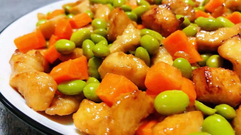毛豆炒鸡丁,鲜嫩可口的毛豆胡萝卜炒鸡丁装入盘中就大功告成了