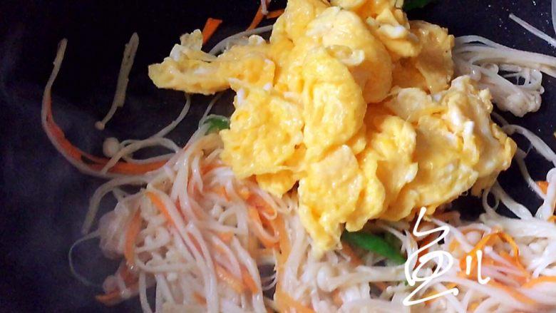 金针菇炒蛋,放入鸡蛋块炒匀