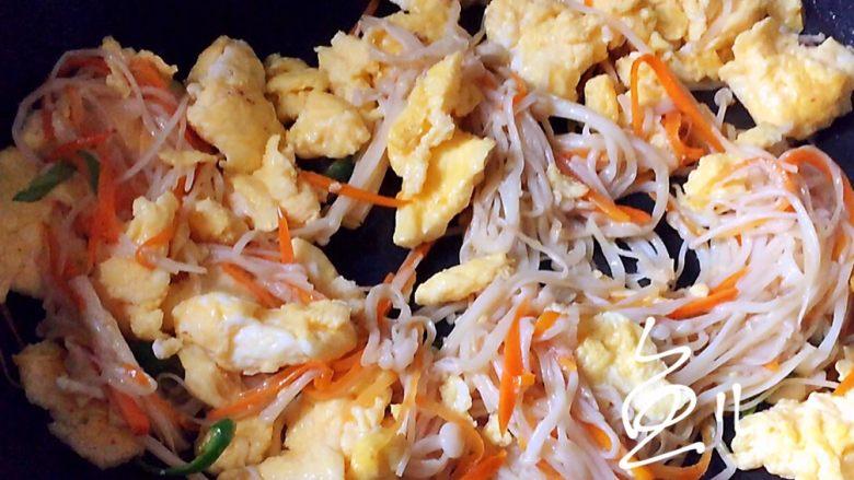 金针菇炒蛋,炒匀出锅