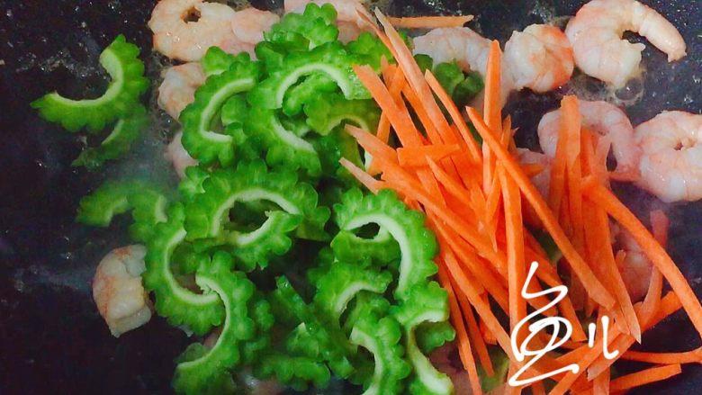 苦瓜炒虾仁,虾仁炒至变色,放入苦瓜片和胡萝卜丝