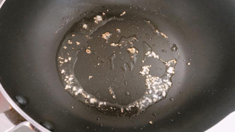 毛豆炒鸡丁,锅内热油放入蒜末爆香。