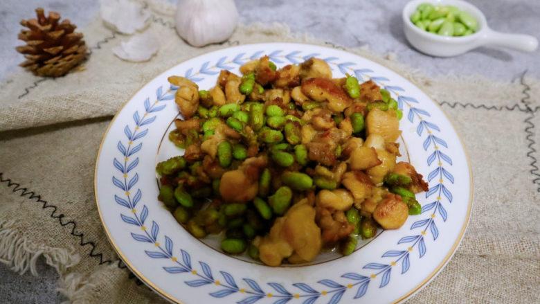 毛豆炒鸡丁,准备好米饭就可以开动了。