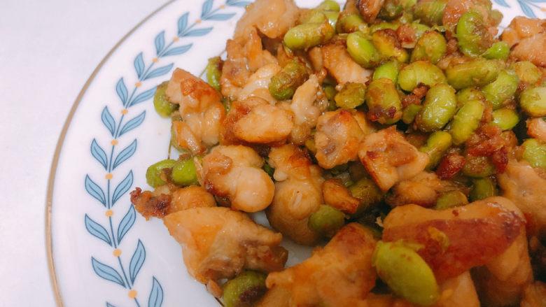 毛豆炒鸡丁,我煎的比较久,鸡肉吃起来有点像脆皮鸡的感觉。