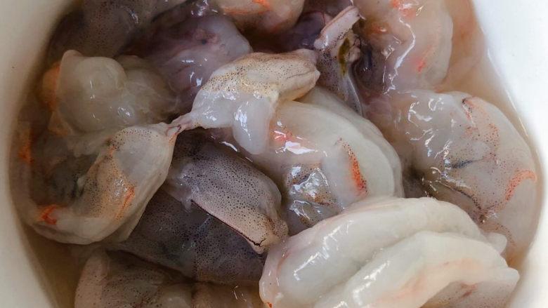 苦瓜炒虾仁,海虾去头和虾皮从虾背剥开取出泥线洗净
