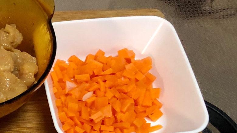 毛豆炒鸡丁,胡萝卜切小粒