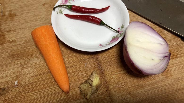 毛豆炒鸡丁,胡萝卜削皮清洗备用