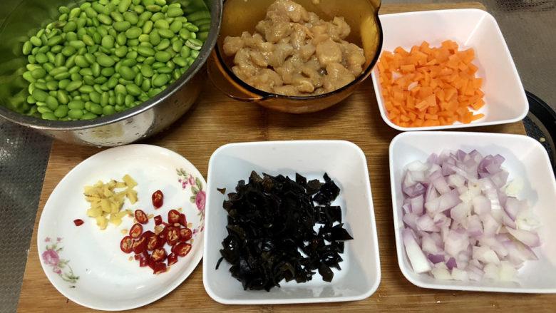 毛豆炒鸡丁,全部食材准备好