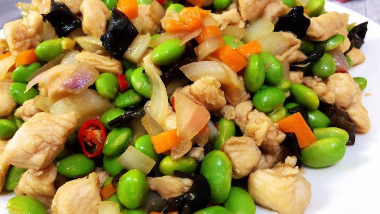 毛豆炒鸡丁,这道小炒做法简单,咸鲜味美,营养丰富,喜欢的小伙伴们快来试试看吧😄
