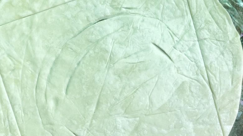 丹麦肠仔酥,四个边各切一刀(中间正方形)