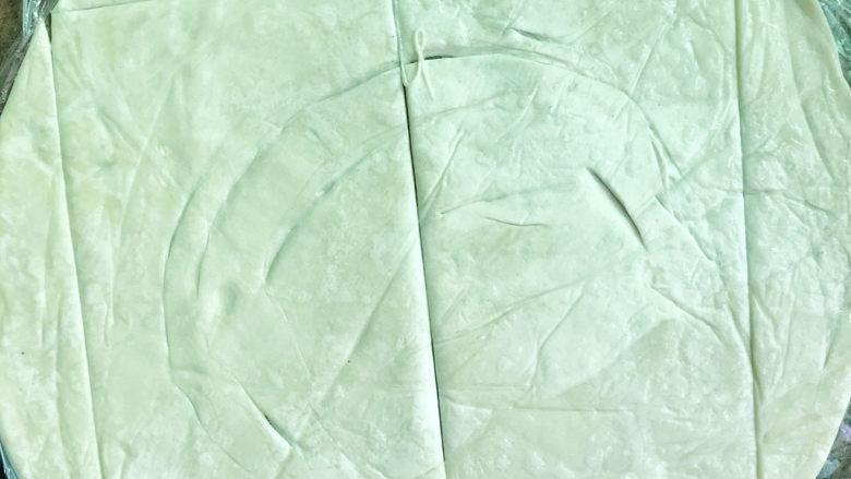 丹麦肠仔酥,在正方形手抓饼中间再切一刀