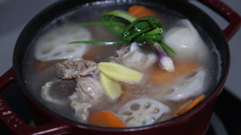 筒骨莲藕汤,再放入姜片和葱结,大火烧开后小火炖约1.5小时