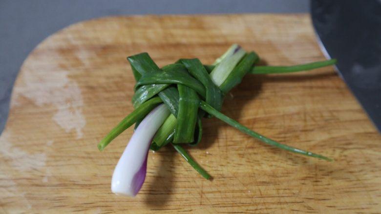 筒骨莲藕汤,葱打成葱结