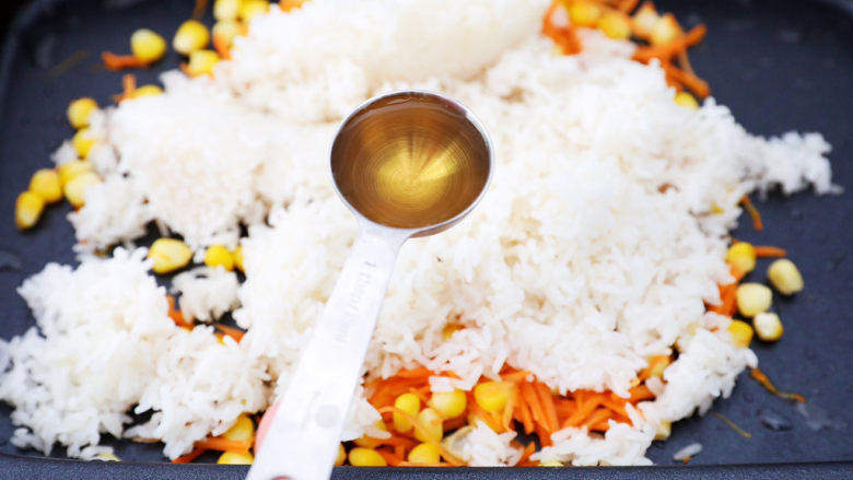 午餐肉饭团,加入味达美清香米醋1大勺