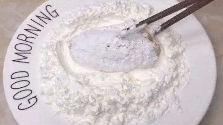 蛋黄焗鸡翅,腌制好的鸡翅裹上一层淀粉