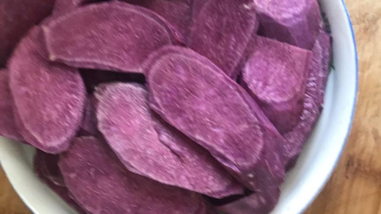 紫薯椰蓉球,<a style='color:red;display:inline-block;' href='/shicai/ 2643'>紫薯</a>去皮切片