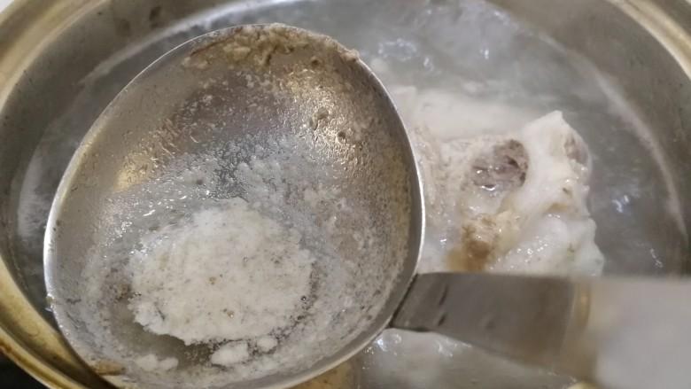 筒骨莲藕汤,大火煮开,撇去浮沫,煮5分钟。