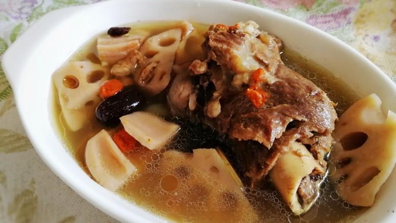 筒骨莲藕汤,盛出。汤香、肉酥。