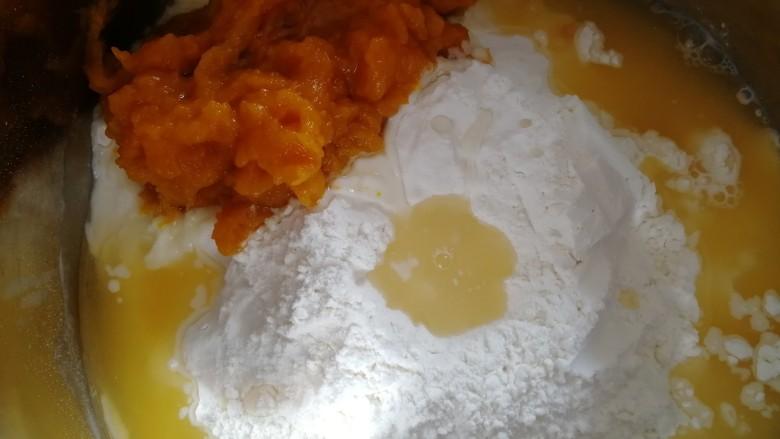 南瓜紫薯包,蒸出来的南瓜泥比较湿,加半碗温水。