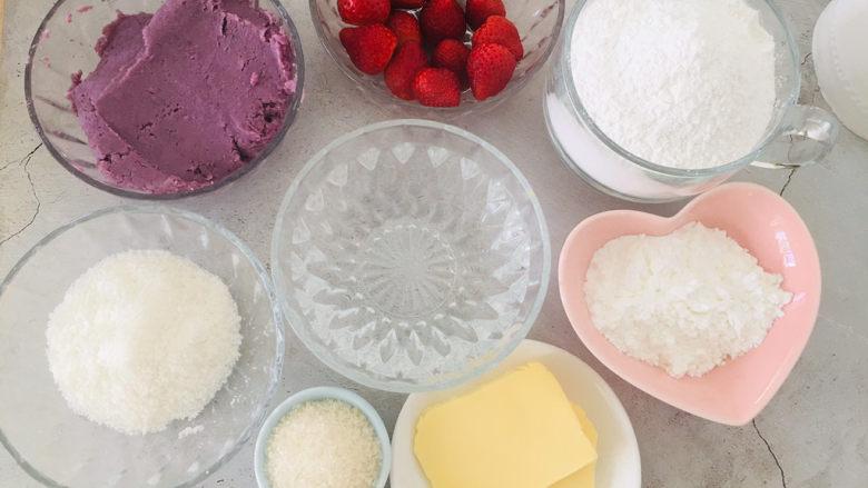 紫薯草莓椰蓉球,准备好所有的材料。