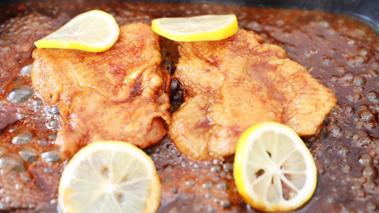 柠檬可乐鸡腿,加入柠檬片