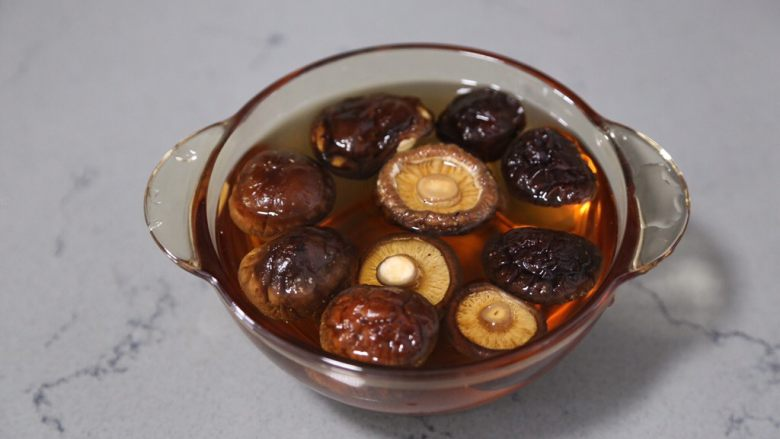 土豆香菇炒蛋,香菇提前用水泡软