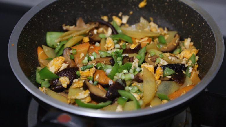 土豆香菇炒蛋,最后调入少许盐,撒上葱花即可