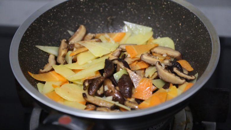 土豆香菇炒蛋,放入香菇、胡萝卜、土豆翻炒至断生