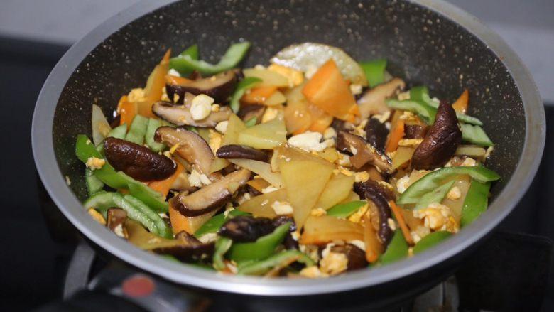 土豆香菇炒蛋,再加入青椒翻炒几下