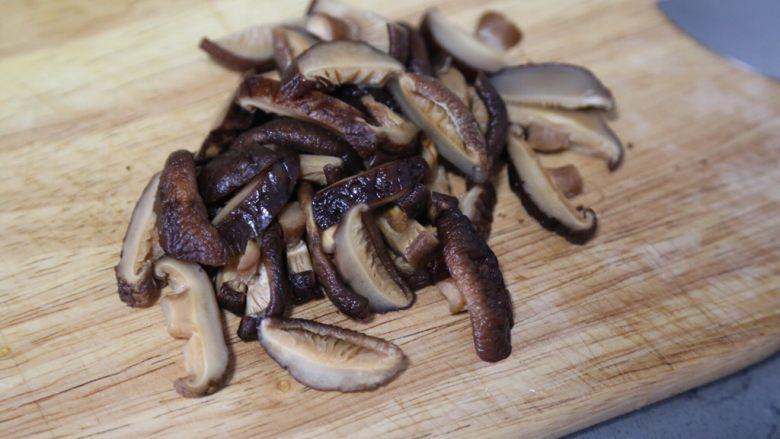 土豆香菇炒蛋,香菇切丝