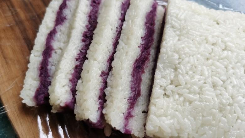 糯米紫薯糕,刀上沾点水,切成片状。吃的时候可以沾些白糖。