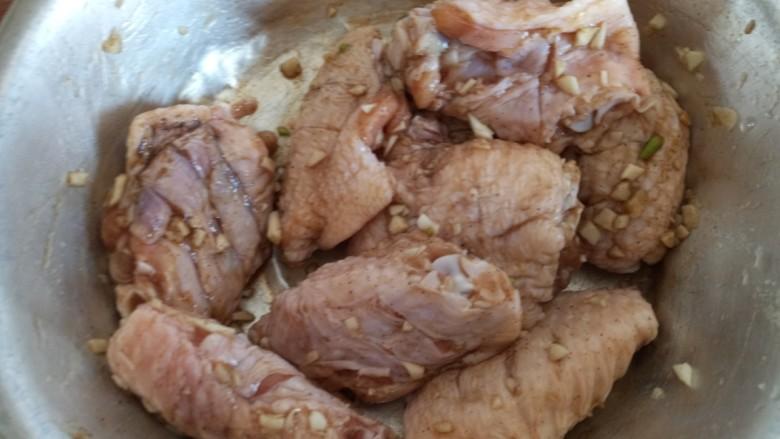 蛋黄焗鸡翅,拌匀腌制