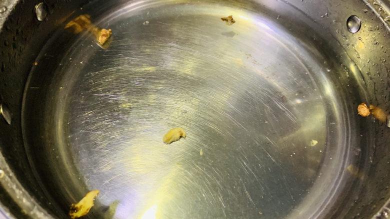 红烧鸭翅,准备一锅清水加姜片