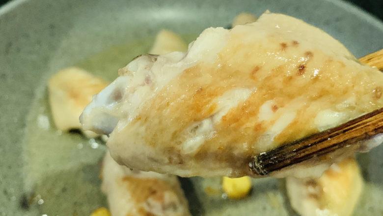 蛋黄焗鸡翅,煎至两面金黄