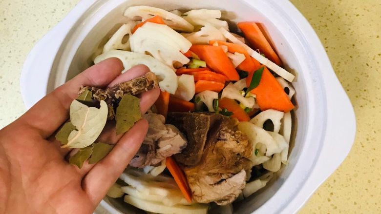 筒骨莲藕汤,最后加桂皮和香叶