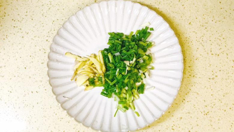 筒骨莲藕汤,葱姜切碎