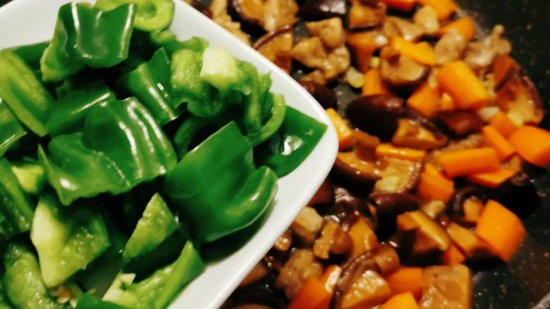 香菇滑鸡煲仔饭,放入青椒翻炒。