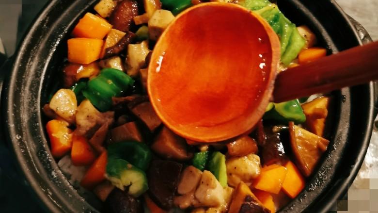 香菇滑鸡煲仔饭,淋上2勺泡蘑菇的水,再焖几分钟,关火。